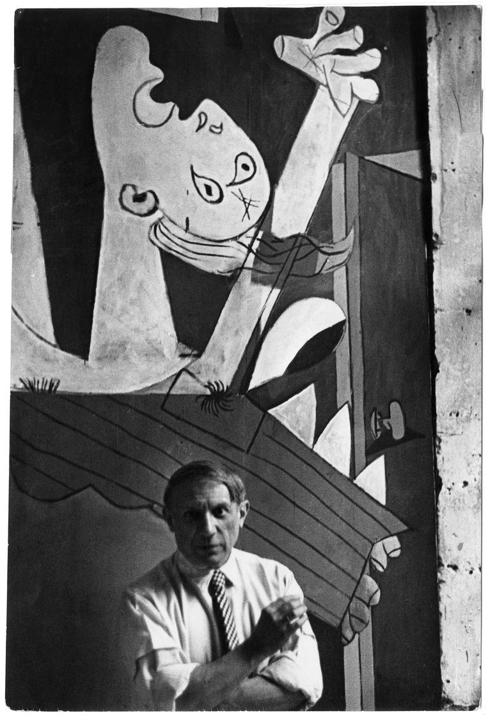 Picasso voor zijn schilderij Guernica, Parijs, 1937. Beeld Chim (David Seymour) / Magnum Photos Courtesy Chim Estate