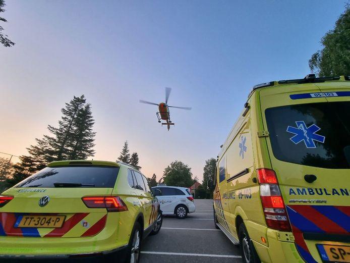 De traumaheli landde maandagavond op het voetbalveld van Achilles '12 in Hengelo om de zwaargewonde baby op te halen.