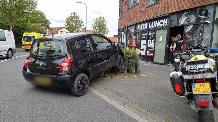 Een automobilist is dinsdagmiddag bijna het magazijn van een pizzeria in Hengelo binnengereden.