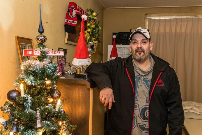 Peter Basta naast zijn kerstboompje.