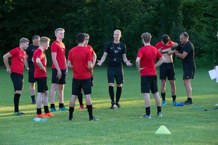 Silvolde-trainer Stéven Verheijen (midden) in juni vorig jaar tijdens het begin van de voorbereiding.