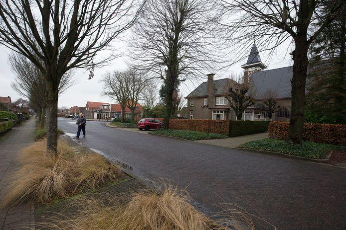 De Pastoor Deperinkweg in Mariënvelde met rechts de kerk en de pastorie.