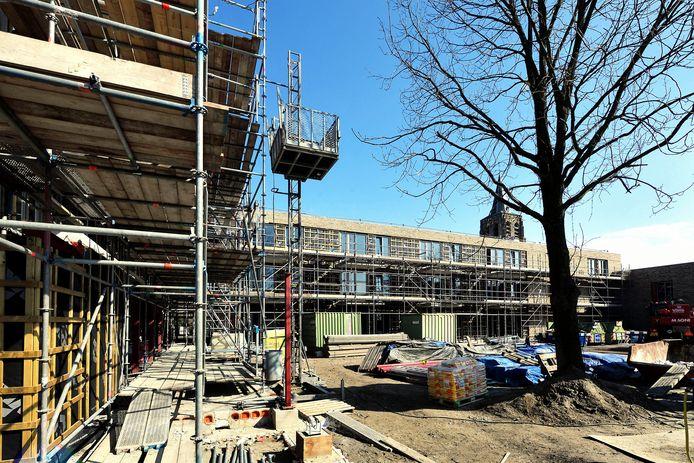 Het Leonardushof eind maart, inmiddels is een deel van de steigers al afgebroken.