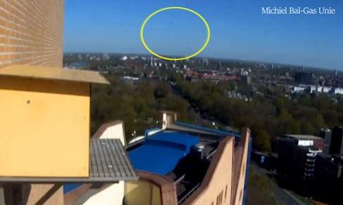 Ces images filmées mardi matin dans la ville néerlandaise de Groningue montrent la chute d'une possible météorite.