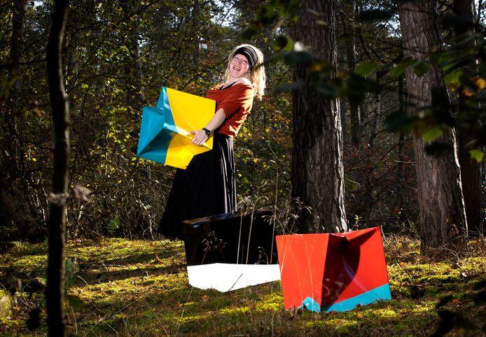 De opbouw van de kunstmanifestatie Kunstsmullen op Landgoed Kapellerput met kunstenares Anne-Will Lufting