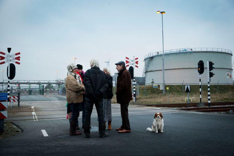 Actievoerders van Groningers In Opstand blokkeren de toegang van een NAM-terrein in Farmsum op het Chemiepark Delfzijl na een zware aardbeving bij Zeerijp, begin januari dit jaar. Beeld Vincent Jannink / ANP