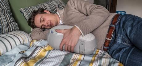 Omdat Julians moeder slecht sliep is er nu voor iedereen een middel om goed te slapen: 'Veilig gevoel'