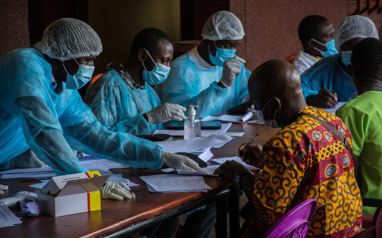 In Guinee is men nu volop bezig de contacten van de besmette man in kaart te brengen. Voorlopig zijn dertien mensen geïdentificeerd. Beeld AFP