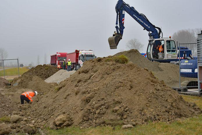 Vers droog zand gaat in de sleuf in de N61.