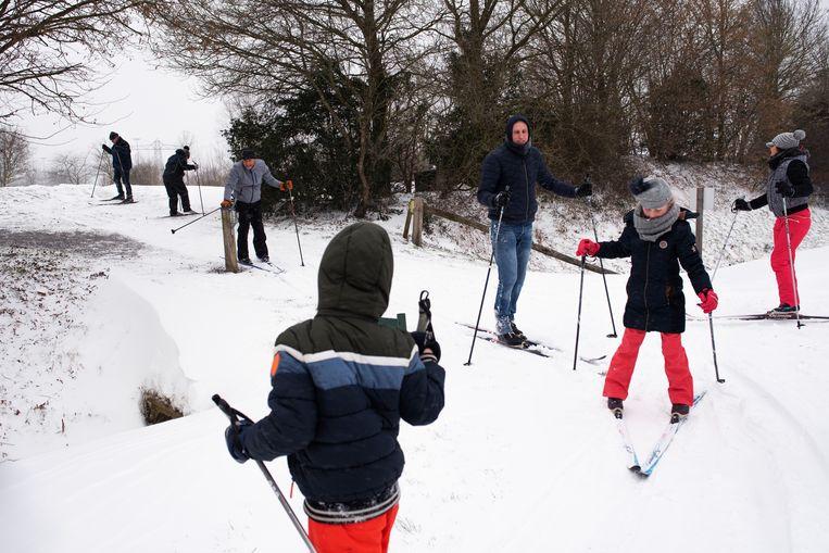 De 8-jarige Fay, op de voorgrond, ondervond dat skeelertalent weinig voorspellende waarde heeft voor langlaufen.  Beeld Sabine van Wechem
