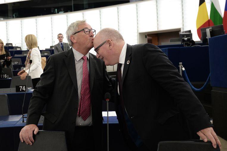 'Of ik een zoen geef, hangt af van het hoofd.' De Nederlandse EU-commissaris Frans Timmermans (rechts) is zijn favoriet. 'Het is liefde!' Beeld AFP