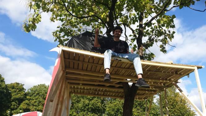 Ime (28) kan geen huis vinden en bouwt boomhut in het park: 'Heeft iedereen recht op'