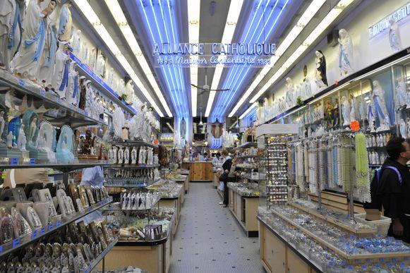 Een van de vele souvenirwinkels in Lourdes, geheel gewijd aan de Maria-verering.