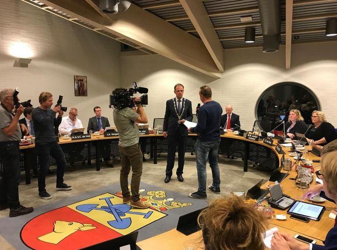 Levi Hogendoorn heeft gisteravond namens de belangengroep Bodegraven Spreekt een petitie met 1059 handtekeningen overhandigd aan de burgemeester.