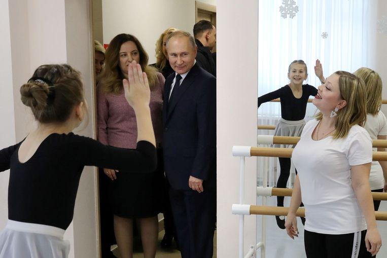 Poetin bezoekt een kunstschool in het Russische Usman. Beeld AFP