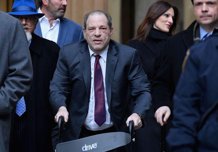 Hollywood-producent Harvey Weinstein (midden met rollator) na een rechtszitting in New York in februari vorig jaar. Beeld AFP