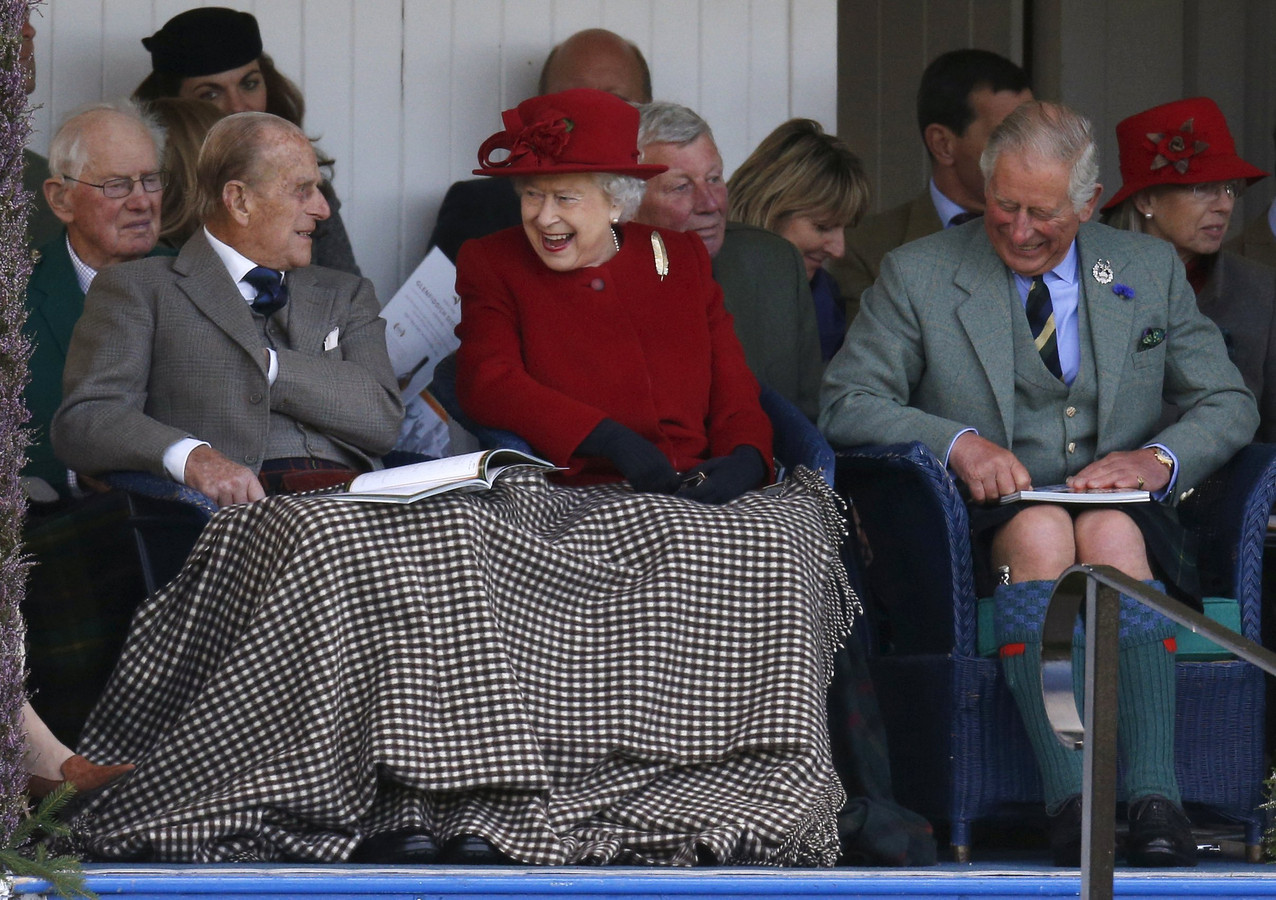 Elizabeth en Philip onder hetzelfde dekentje, naast hun zoon, prins Charles.