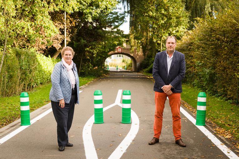 SBAT-zaakvoerder Katia De Geyter en Peter Beddeleem aan de tunnel waar nu alleen nog fietsers door mogen.