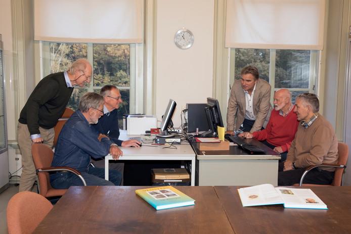 De leden van de Stichting Historisch Oarfgood Riessen: Jan Slofstra, Gerrit Kraa, Wim ter Harmsel, Gerrit Dannenberg, Karel van der Meer en Gerrit ten Wolthuis (vanaf links) zijn verantwoordelijk voor de heruitgave van het woordenboek Nederlands-Twents.
