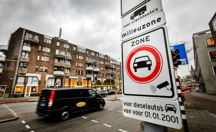 Een meerderheid van de inwoners van de twintig grootste gemeenten is voor invoering van milieuzones. De gemeente Utrecht weert oude dieselauto's (van voor 2001) al uit de binnenstad.