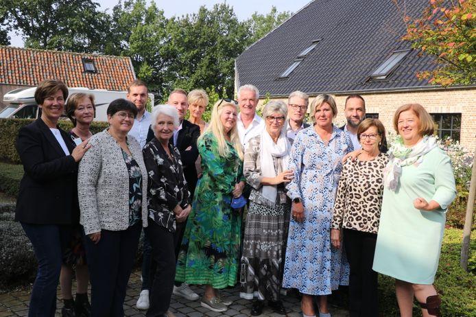 Een delegatie van de mensen die kwamen genieten tijdens het ontbijt van Liberale Vrouwen Herentals. Centraal met sjaal staat voorzitter Annita Maes.
