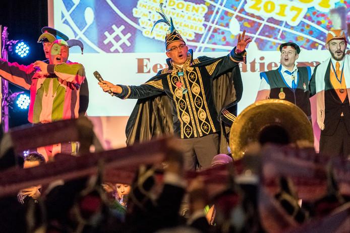 Duo Leo & Theo Laveloos en de Simpele Fonse wonnen vorig jaar de 46e editie van De Ziengaovut. Op de foto staat oud-prins Adrijaon de Tweede van de Leurse Leut vrolijk mee te 'ziengen'.