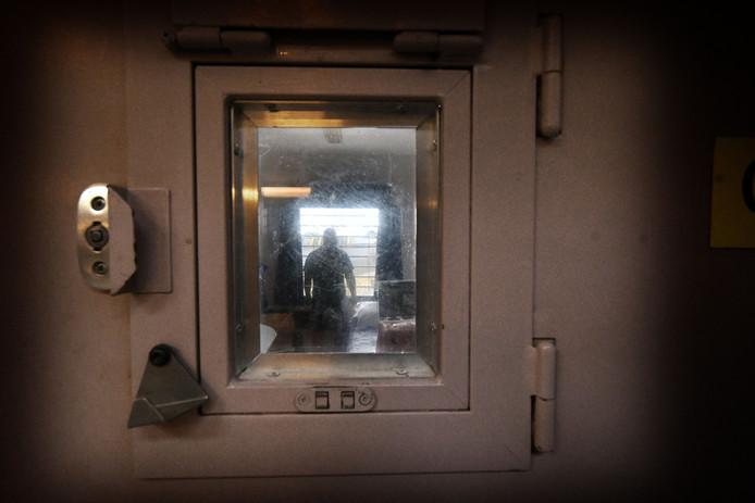 Een gevangene in een cel.