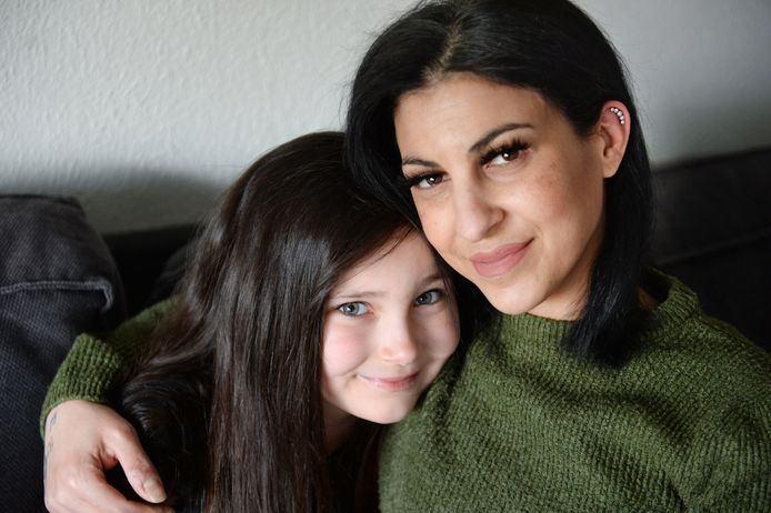 Alleenstaande moeder Gamze Zeriner moet 260 euro in de maand betalen om haar dochtertje Melody over de grens naar haar ex-man te brengen. Verplichte coronatest.