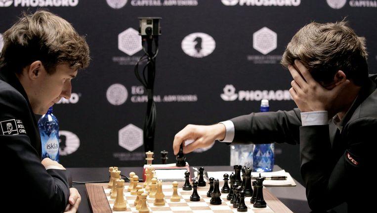 Schaakgrootmeesters Carlsen (rechts) en Karjakin Beeld epa
