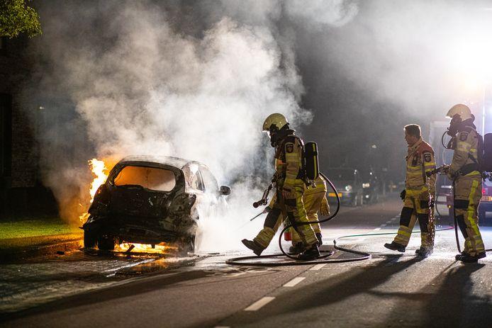De brandweer had de autobrand woensdagavond snel onder controle, maar kon niet voorkomen dat het voertuig verloren ging.