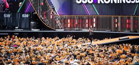 Bus vol Chinese toeristen met oranje cowboyhoeden