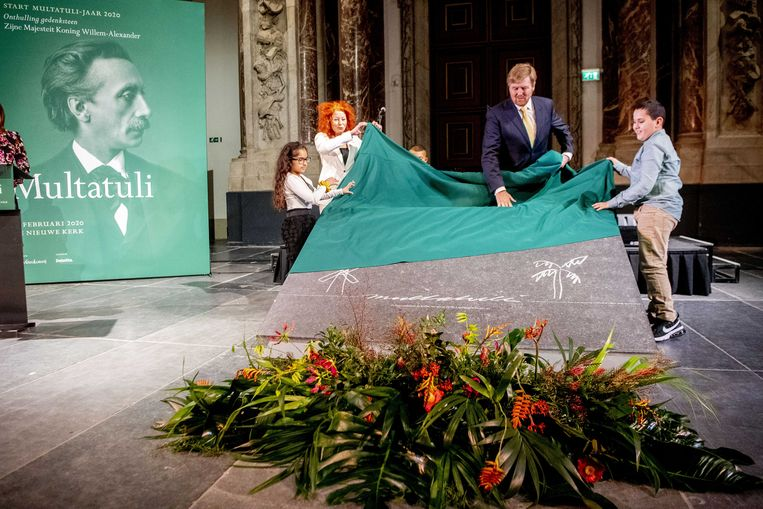 In februari onthulde de Nederlandse koning Willem-Alexander een gedenksteen voor Eduard Douwes Dekker, alias Multatuli. Onderzoeker Reinier Salverda: 'Ook 160 jaar na de publicatie van 'Max Havelaar' is er nog heel wat over te ontdekken.' Beeld ANP
