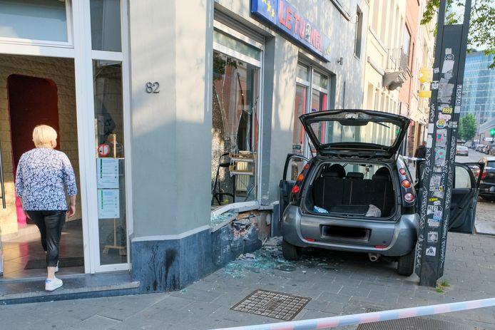 Na de aanrijding zijn de ramen en de gevel erg beschadigd.