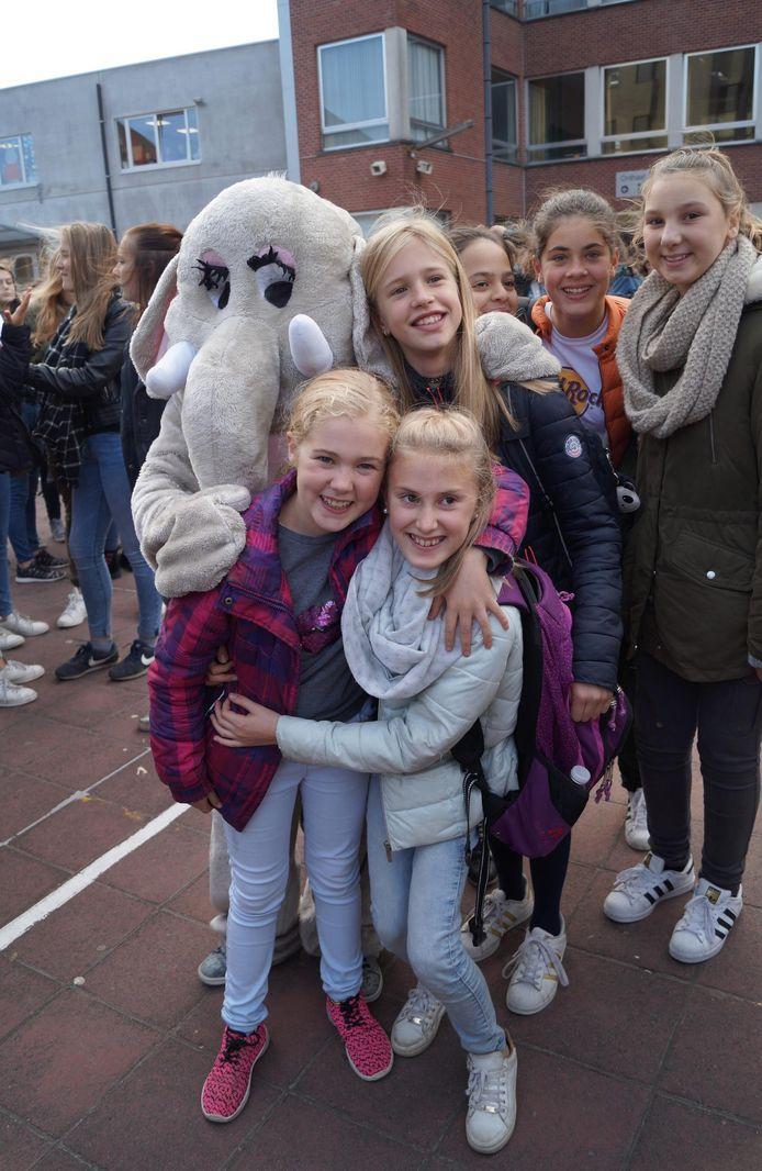 Een 'knuffelolifant' (boven) en 'knuffelhond' (onder) poseren met de leerlingen op de speelplaats van het Sint-Jozefsinstituut.