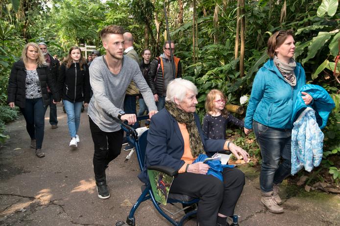 Ricky van Wolfswinkel duwt de rolstoel van een van de ouderen.