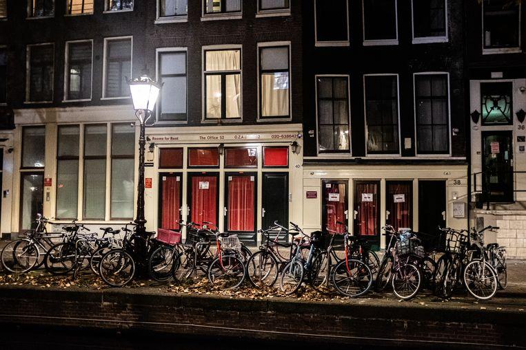 Gesloten prostitutieramen en seksinrichtingen op de Amsterdamse Wallen. Beeld Joris Van Gennip