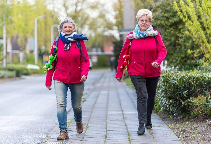 """Jenny Berends (links) en Toos Herms gaan wandelen voor KWF. ,,Hup, schoenen aan en naar buiten. In de weekenden lopen we samen en bedenken we van alles."""""""