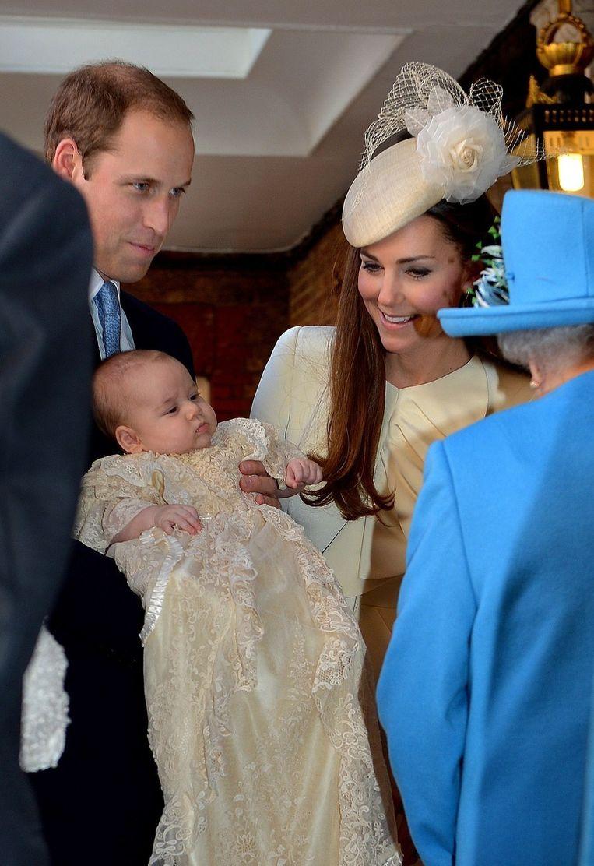 Queen Elizabeth II begroet William, Kate en de kleine George Beeld afp