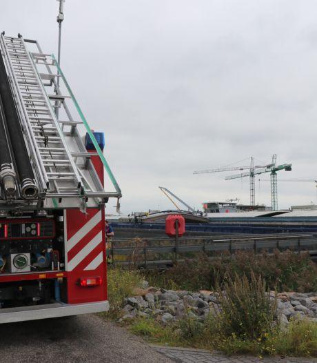 Man valt in ruim van schip in Werkendam