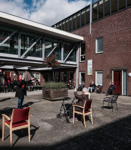 Willem en Meriam geven bewoners van woonzorgcentrum Pannerden 'muzikale opkikker'