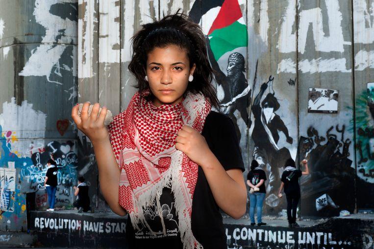 Ru'a: 'Als ik in de spiegel kijk, zie ik een Palestijns meisje dat lijdt.Ik zie een meisje dat graag studeert, dat in alle omstandigheden sterk wil zijn'  Beeld Bénédicte Vanderreydt