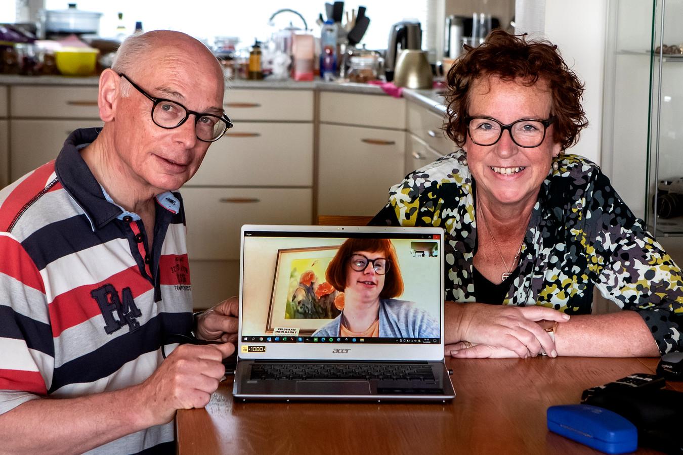 Monica en René Sluiseman Skypen met hun dochter Merette. Die woont bij zorginstelling Zozijn. Sinds twee weken mag ze geen bezoek meer ontvangen. Dus ook niet van haar ouders.