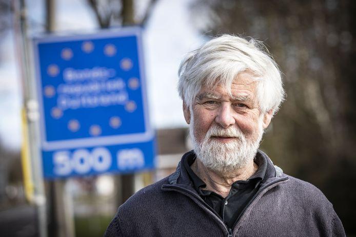 Dichtbij en toch ver weg: Duitsland. Jan Knol bij de Duitse grens, 500 meter van zijn huis.