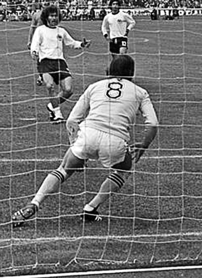 Jan Jongbloed (rugnummer 8) kan de strafschop van Paul Breitner niet keren in de WK-finale van 1974.