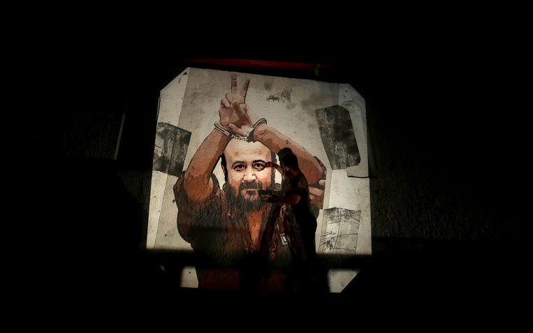De Palestijnse politicus en militant Marwan Barghouti prijkt op veel muren in Israël en de Palestijnse gebieden.  Beeld EPA