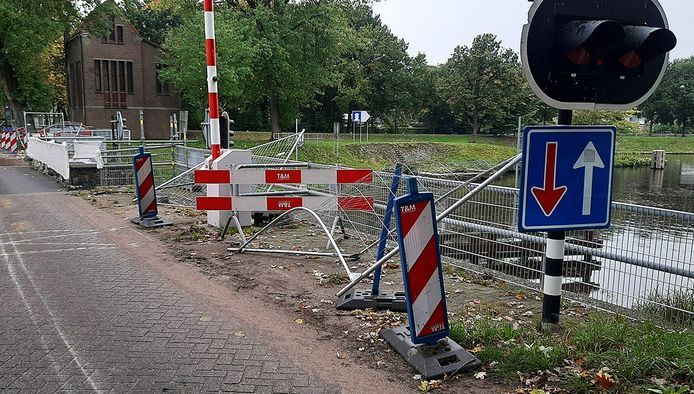 De brug onder constructie.