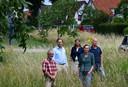 Leden van de stuurgroep Spoorgat in de groenzone die dreigde volgebouwd te worden.