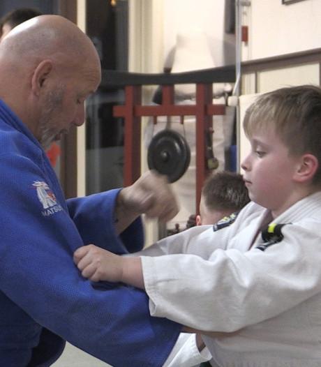 Bob (9) laat zich niet tegenhouden door zijn handicap, hij judoot op zijn knieën