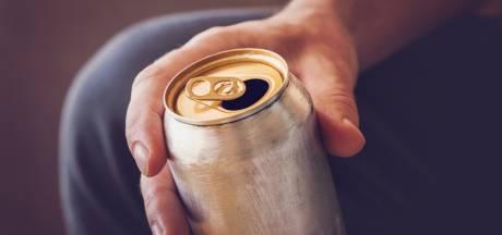 Man jat blik bier uit Zwolse supermarkt en drinkt het leeg terwijl personeel toekijkt: 'Ik schaam mij'