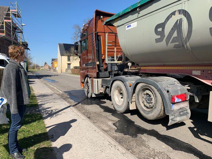 In sommige woonwijken en straten met een tonnagebeperking  in Grimbergen blijven de vrachtwagens passeren.
